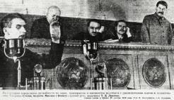 Lysenko spreekt in het Kremlin in 1935 met achter hem Stanislav Kosior, Anastas Mikojan, Andrej Andrejev en Josef Stalin (v.l.n.r.).